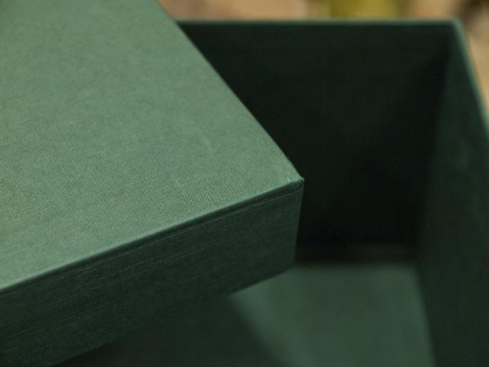 http://arnagapapeleria.com/74-thickbox_default/cajas-para-ordenar-armarios-y-vestidores-con-papeles-lisos.jpg
